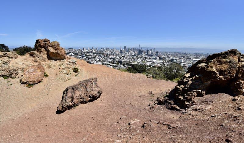 Rocha Franciscan do Chert da idade dos répteis, Corona Heights Park com uma vista de San Francisco, 4 fotografia de stock