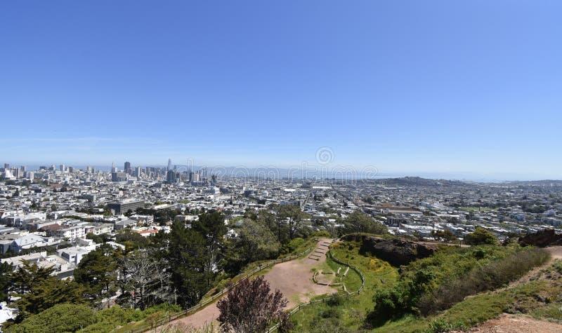 Rocha Franciscan do Chert da idade dos répteis, Corona Heights Park com uma vista de San Francisco, 6 fotografia de stock royalty free