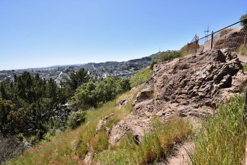 Rocha Franciscan do Chert da idade dos répteis, da Corona Heights Park e da torre de Sutro, San Francisco fotografia de stock