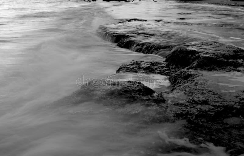 Rocha genérica e água greyscale fotos de stock royalty free