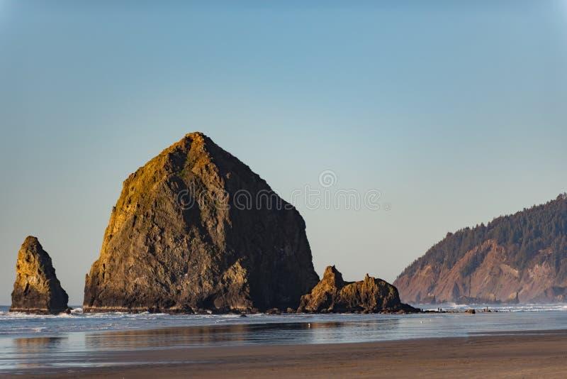 Rocha grande que situa no litoral fotografia de stock royalty free
