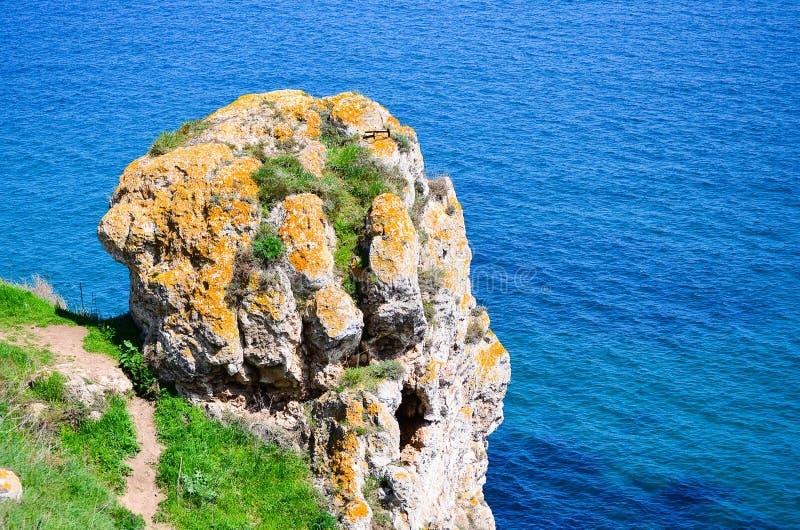 Rocha mágica sobre o mar fotos de stock