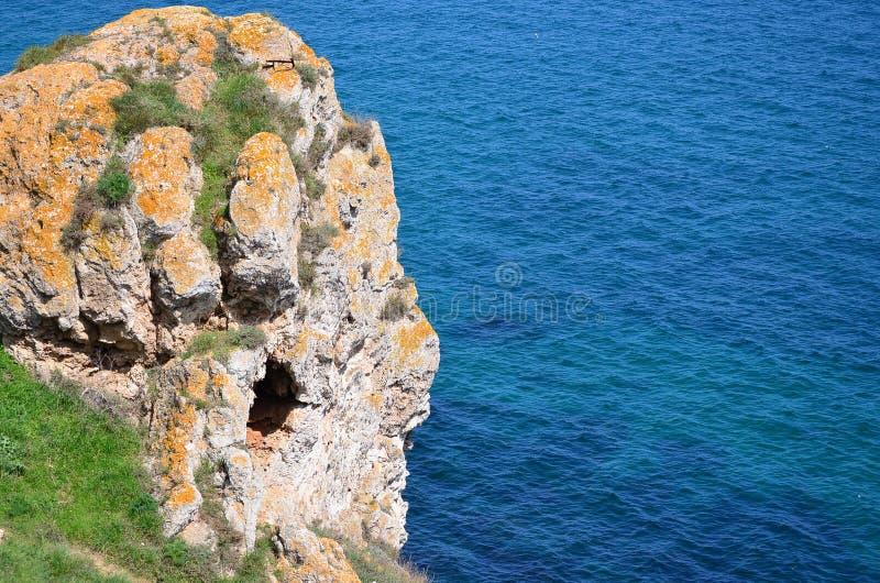 Rocha mágica sobre o mar fotografia de stock royalty free