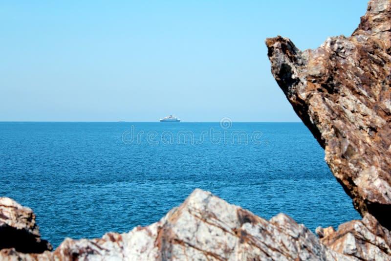 Rocha, mar azul e céu azul foto de stock