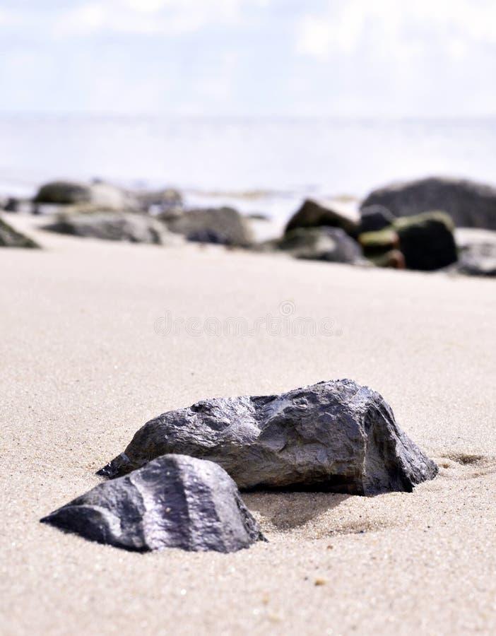 Rocha na areia Horizonte sobre a água, cena do mar foto de stock royalty free