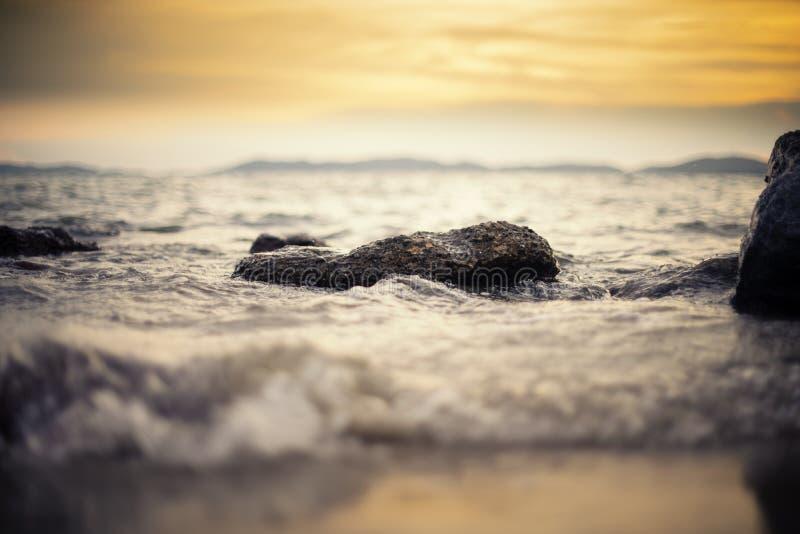 A rocha na onda do mar imagens de stock royalty free