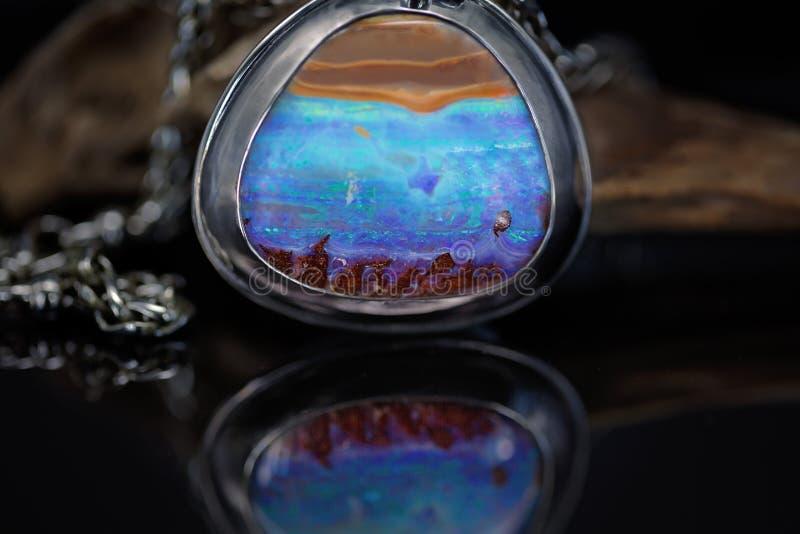 Rocha Opal Set Into um pendente imagem de stock