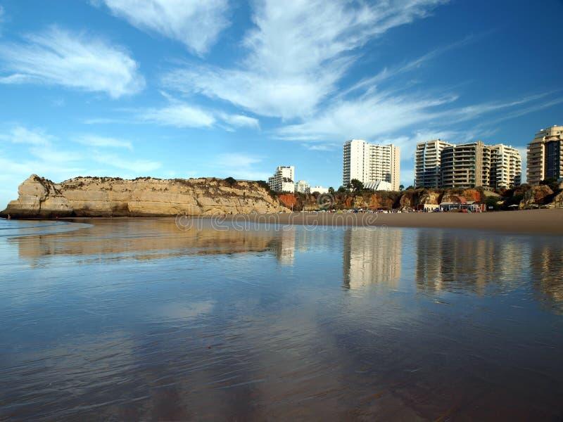 rocha praia Португалии portimao algarve da стоковые фотографии rf