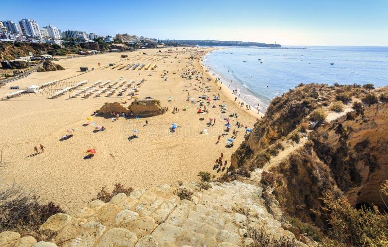 rocha praia Португалии portimao da стоковое фото