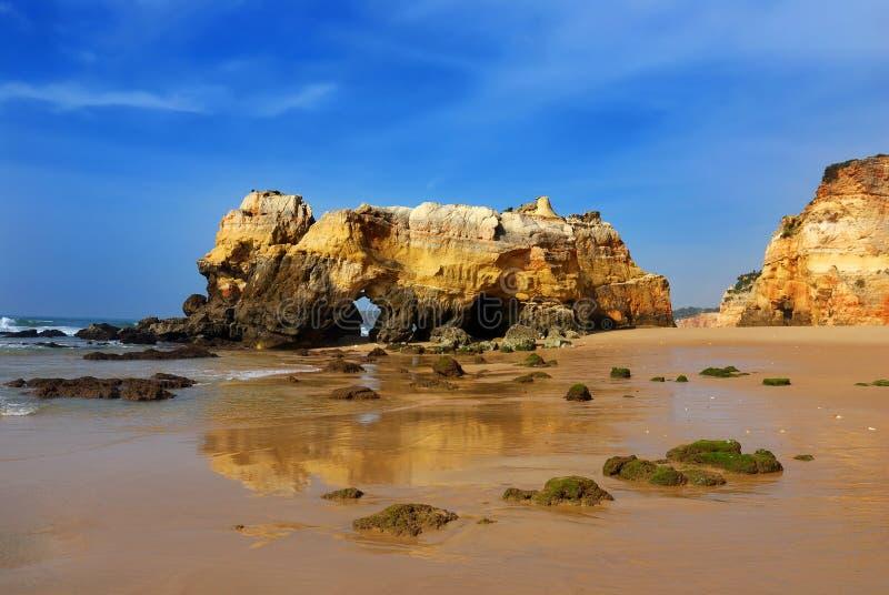 rocha praia da Португалии стоковые фото