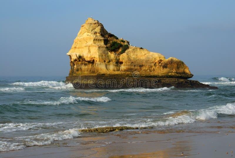 rocha praia da Португалии стоковая фотография rf