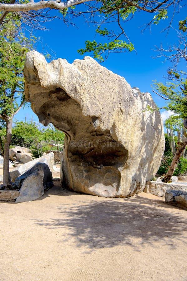 Rocha quebrada enorme no parque nacional de Arikok, mar das caraíbas de Aruba imagens de stock royalty free