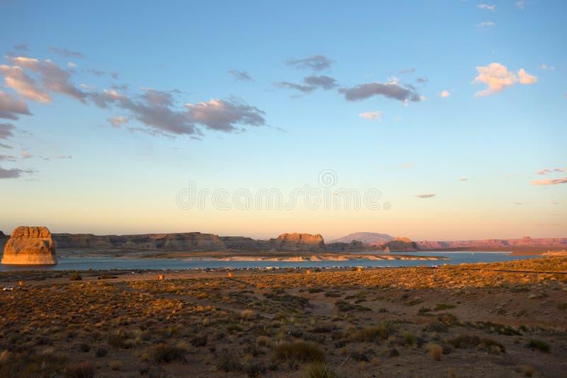 A rocha solitária famosa que incandesce no por do sol de um ponto de vista em Utá fotos de stock