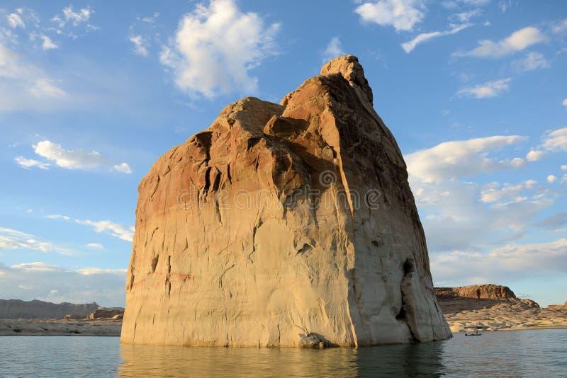Rocha solitária no lago Powell imagens de stock