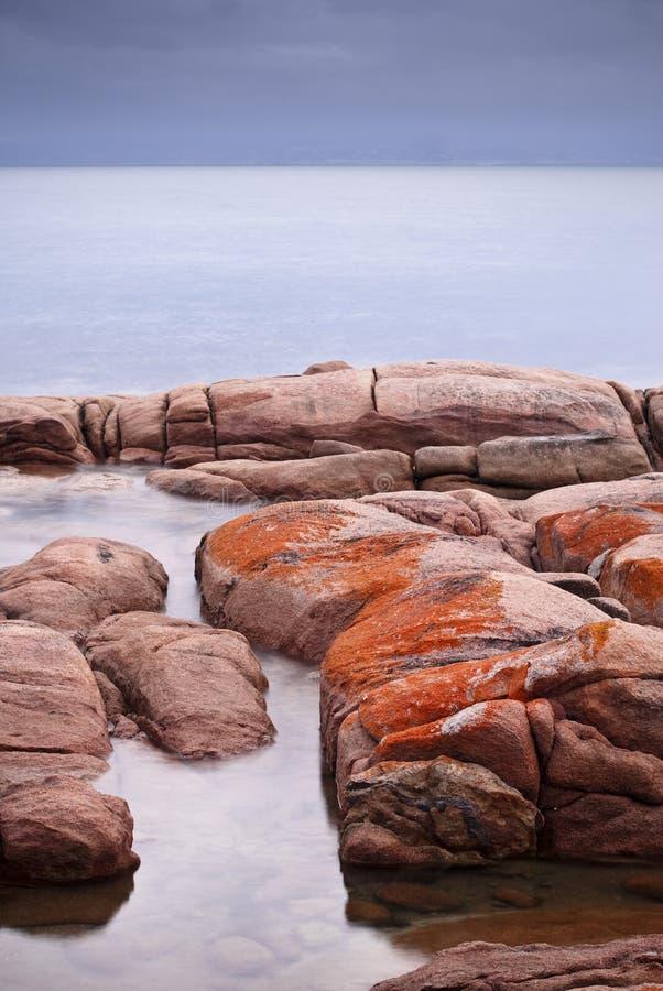 Rochas alaranjadas do líquene em Freycinet foto de stock