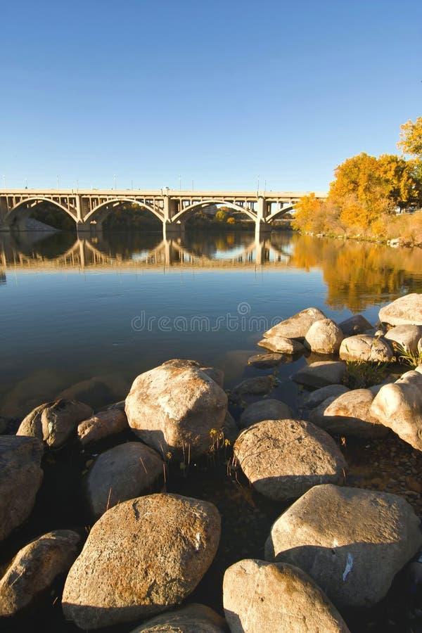Rochas ao longo do rio imagem de stock