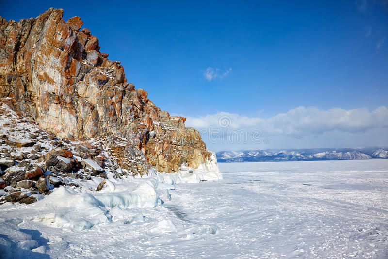 Rochas cobertas pelo gelo no lago Baikail do siberian do inverno imagem de stock