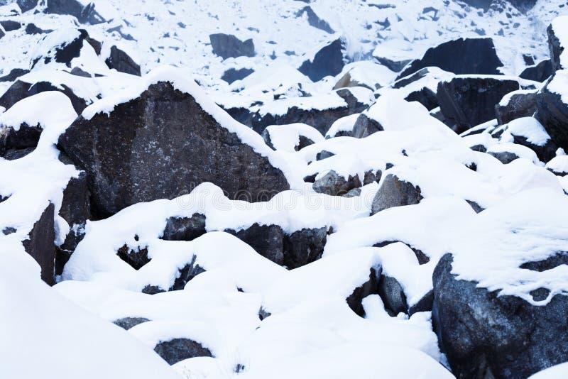 Rochas cobertos de neve imagens de stock royalty free