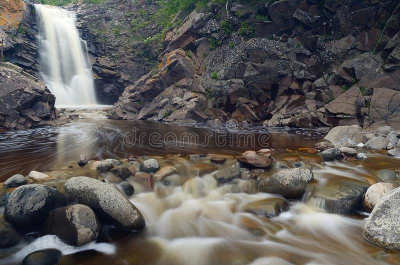 Rochas da cachoeira e do rio fotos de stock