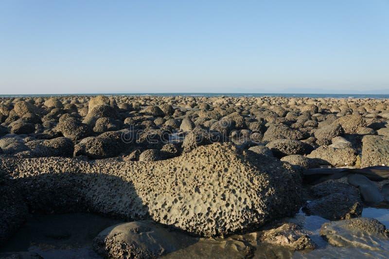 Rochas da lava na costa imagem de stock
