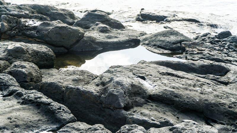 Rochas da lava na costa fotos de stock royalty free