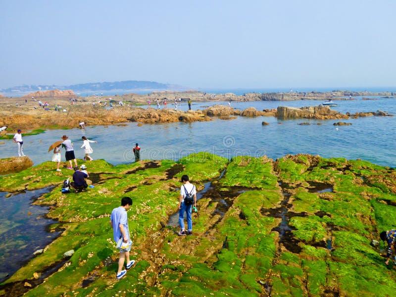 Rochas da praia de banho da cidade de Qingdao fotografia de stock royalty free