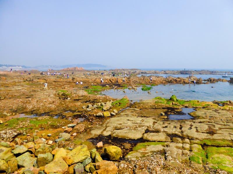 Rochas da praia de banho da cidade de Qingdao imagens de stock royalty free