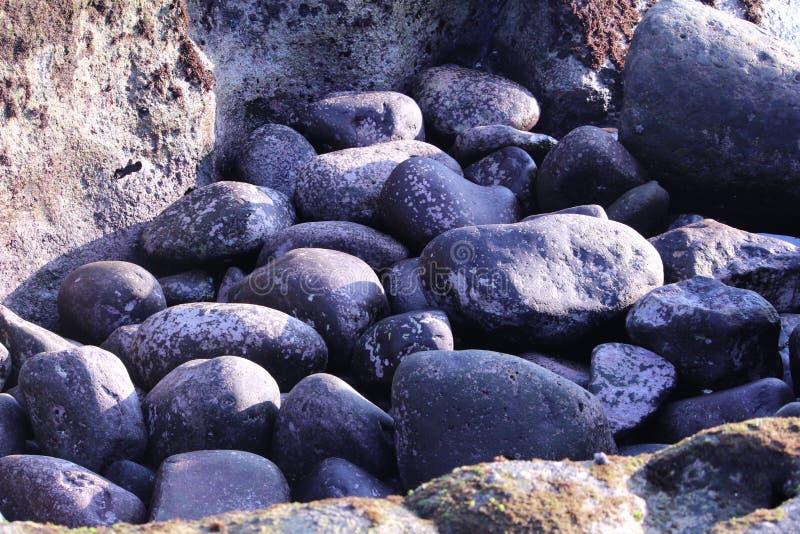 Rochas de brilho do oceano imagem de stock
