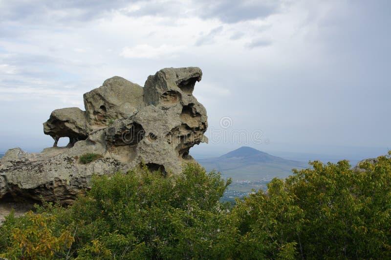 Rochas de Eagle na montanha Beshtau em um dia de verão nebuloso Pyatigorsk, R?ssia fotografia de stock royalty free