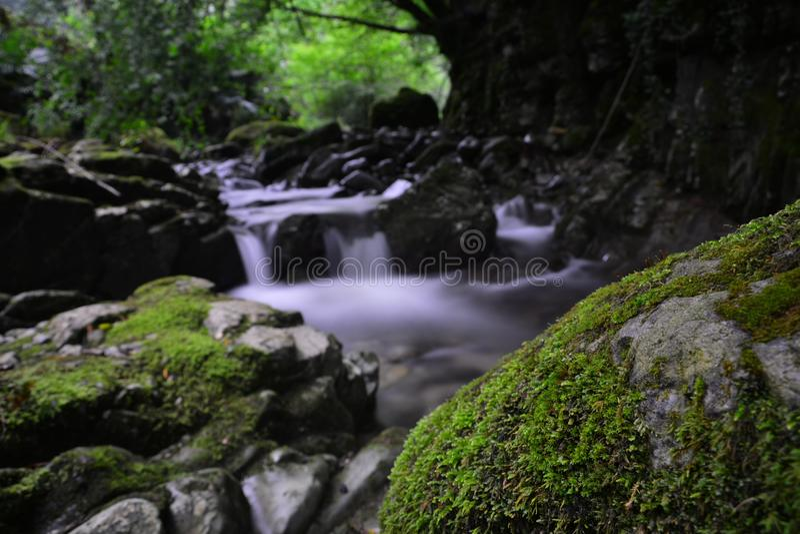 Rochas e água imagens de stock royalty free