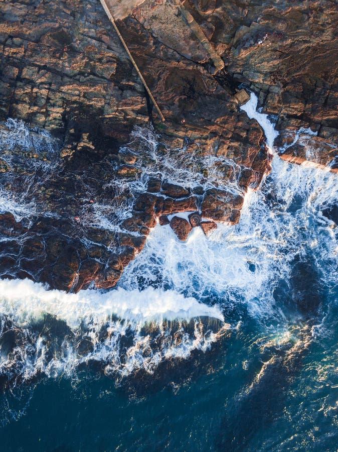 Rochas e água do litoral imagens de stock