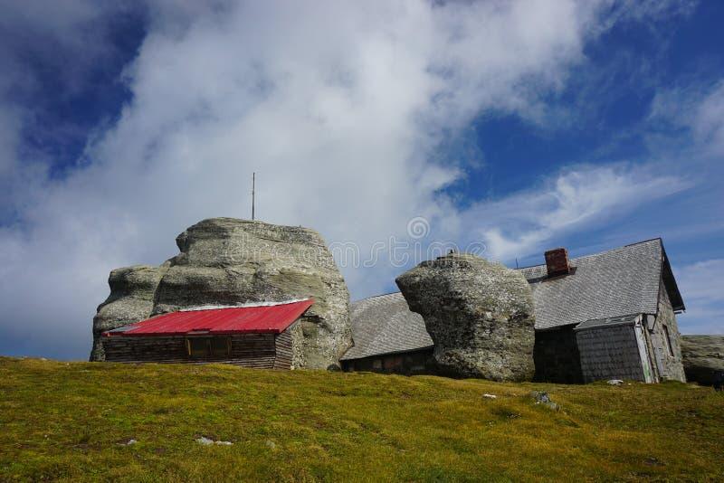 Rochas e alojamento no pico de Omu foto de stock royalty free