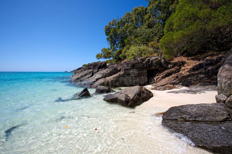 Rochas e areia do céu do mar imagens de stock royalty free