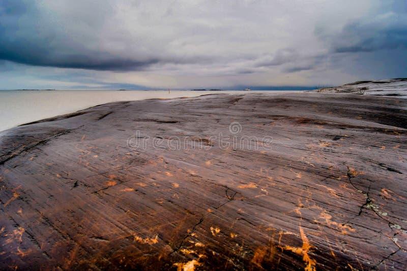 Rochas e mar em Helsínquia em Finlandia fotos de stock royalty free