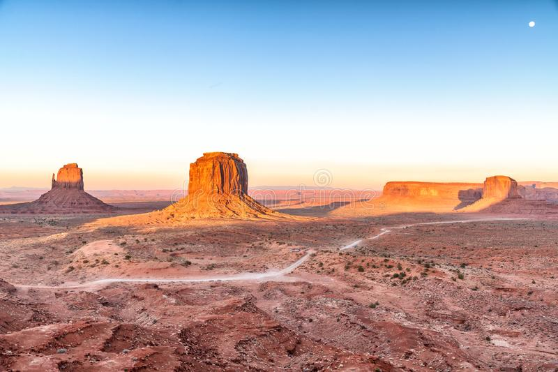 Rochas e montículos do vale do monumento no por do sol com Lua cheia foto de stock royalty free