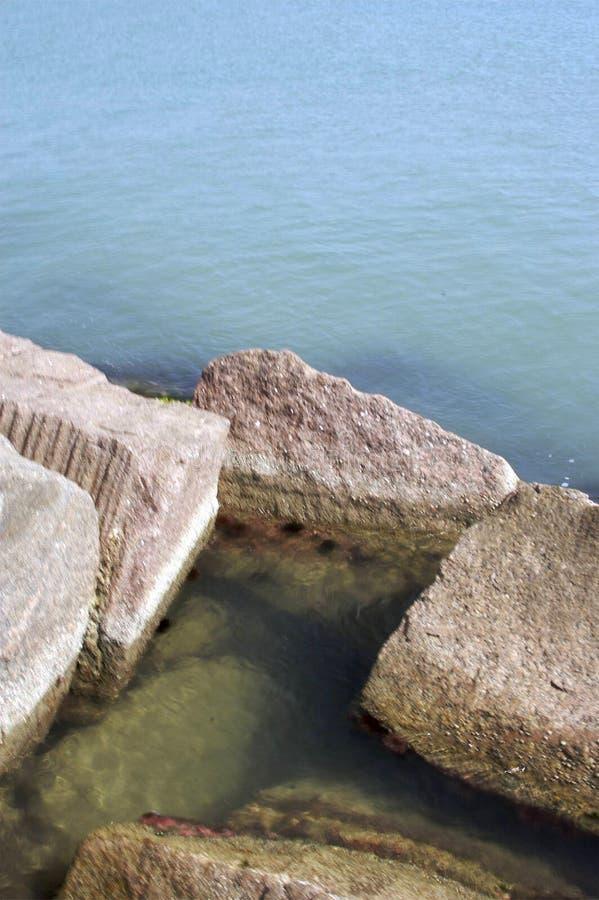 Rochas e oceano fotos de stock