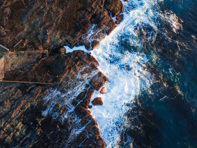 Rochas e oceano litorais imagem de stock