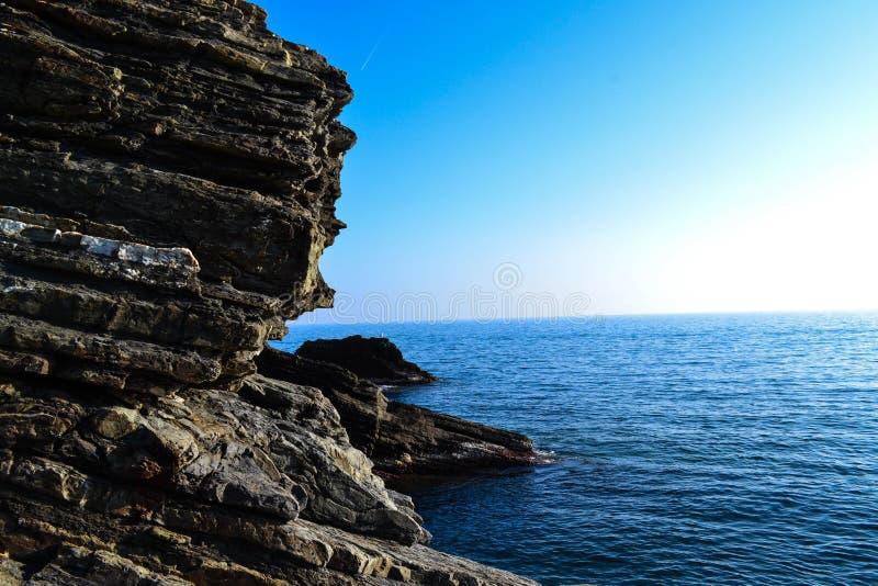 Rochas e opinião do mar em Itália fotos de stock