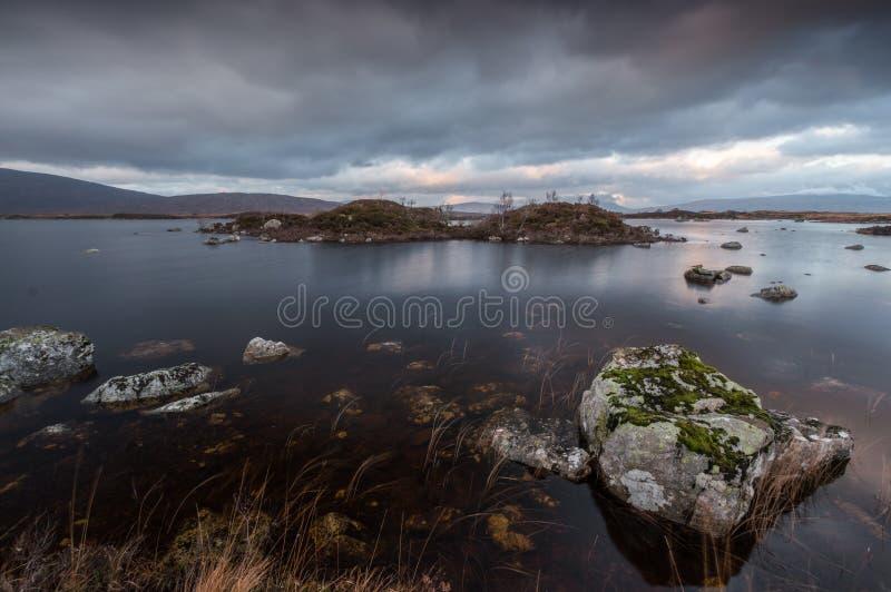Rochas e Relfections no Loch nah-Achlaise imagem de stock