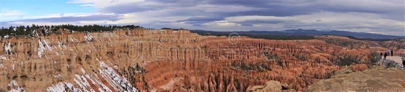 Rochas e turistas vermelhos do panorama ao parque nacional fotografia de stock