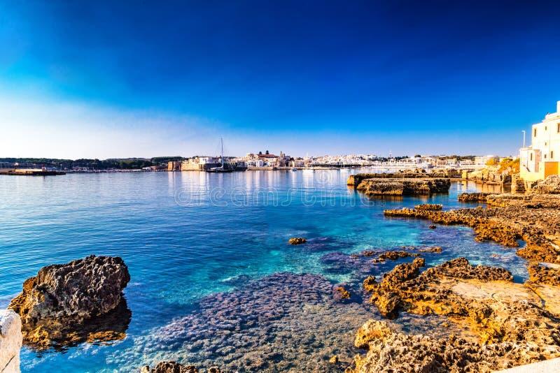 Rochas em águas do mar claras em Itália fotografia de stock royalty free