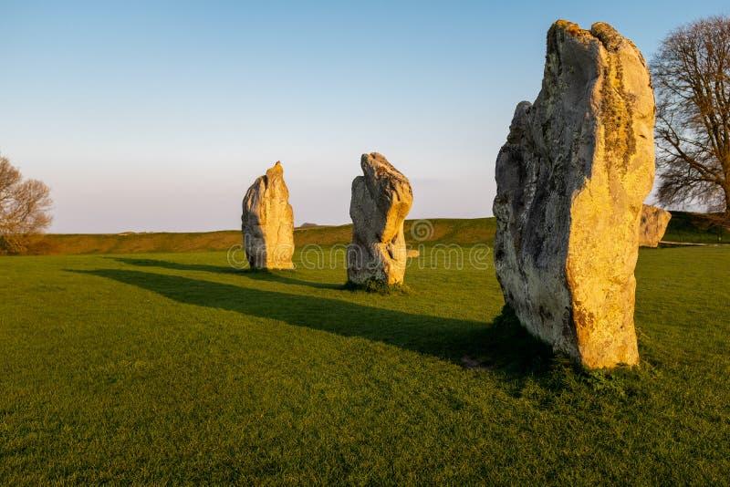 Rochas eretas pr?-hist?ricas em um por do sol dourado em um campo em Wiltshire, Reino Unido fotografia de stock royalty free