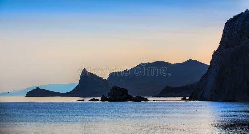 rochas escuras na costa de mar foto de stock