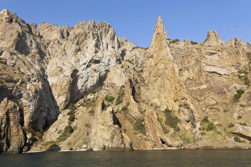 Rochas estranhas do Kara-Dag Na costa do Mar Negro fotografia de stock royalty free