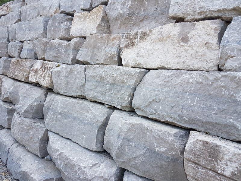 Rochas grandes com a finalidade da construção das estradas e dos caminhos nos povos e cidade fotografia de stock royalty free