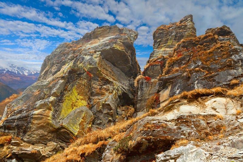 Rochas Himalaias grandes com céu azul e nuvens no fundo fotos de stock royalty free