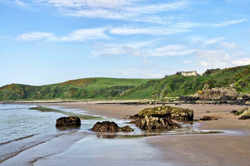 Rochas na baía, no Dumfries e no Galloway de Killantringan imagens de stock