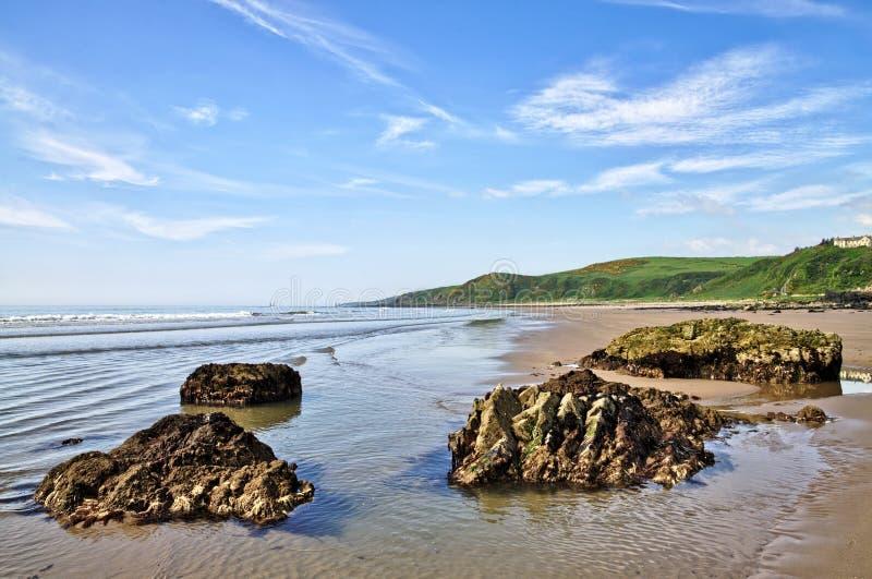 Rochas na baía, no Dumfries e no Galloway de Killantringan fotografia de stock