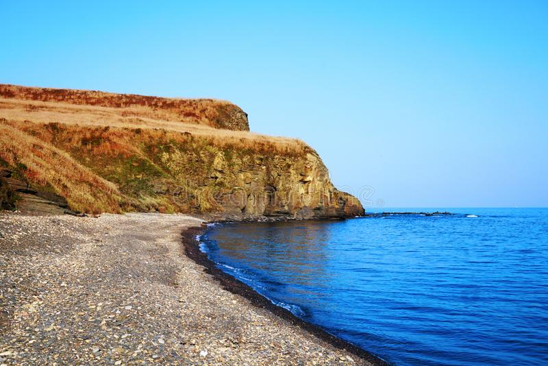 Rochas na costa da baía do mar Rússia, Vladivostok imagem de stock