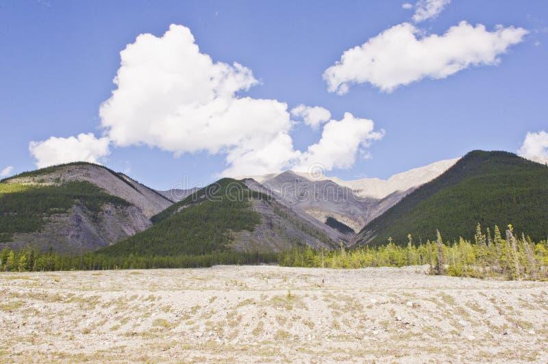 Rochas na planície da erosão ao longo da estrada de Alaska fotografia de stock